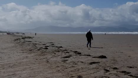 Ireland-Dingle-Peninsula-Inch-Beach-With-Walker