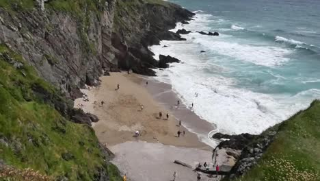 Ireland-Dingle-Peninsula-Beach-Between-Cliffs-Tilts-Down