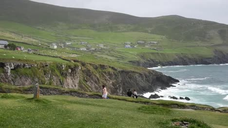 Ireland-Dingle-Peninsula-Farm-Buildings-Pan-And-Zoom