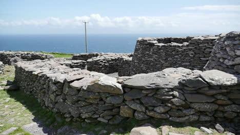 Ireland-Dingle-Peninsula-Stone-Fort-With-Huts