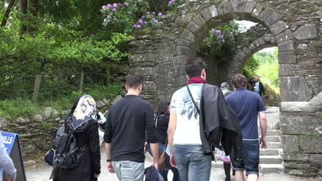 Irlanda-Glendalough-Gate-Con-Multitud-Pasando-Por