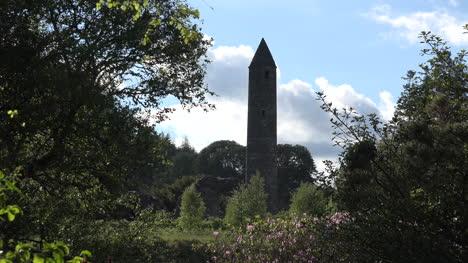 Torre-redonda-de-Irlanda-Glendalough-con-nubes