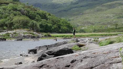 Irlanda-Parque-Nacional-De-Killarney-Hombre-De-Pie-Por-Lough-Leane-Acercar