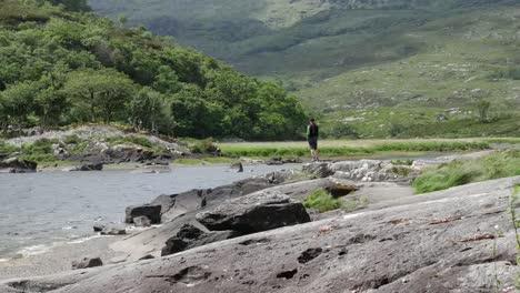 Irlanda-Parque-Nacional-De-Killarney-Hombre-De-Pie-Por-Lough-Leane
