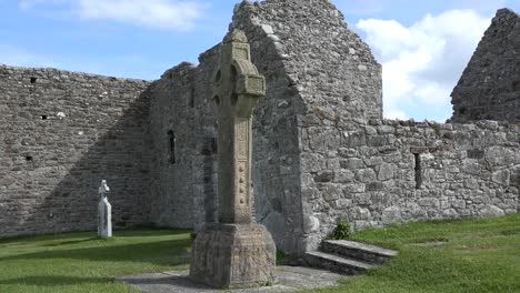 Irlanda-Clonmacnoise-Catedral-Ruina-Y-Cruz-Celta