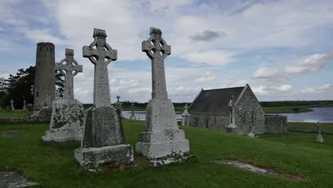 Irland-Clonmacnoise-Keltische-Kreuze-An-Einer-Heiligen-Stätte-At