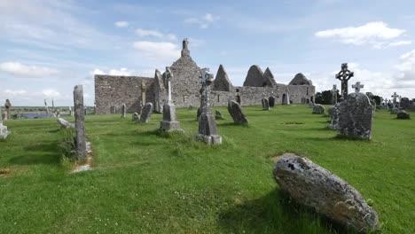 Irlanda-Clonmacnoise-Cruces-Celtas-Marcan-Un-Cementerio-Junto-A-Las-Ruinas-De-La-Catedral
