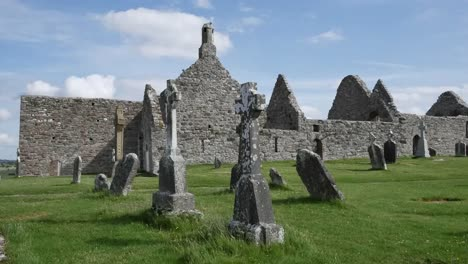 Ireland-Clonmacnoise-Celtic-Crosses-Mark-Graves-Beside-The-Cathedral-Ruins