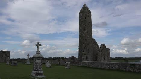 Irland-Clonmacnoise-Eine-Dramatische-Aussicht-Auf-Einen-Runden-Turm-Gegen-Den-Himmel