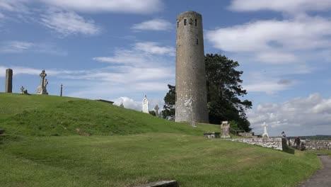 Irland-Clonmacnoise-Ein-Runder-Turm-Erhebt-Sich-über-Einen-Grasbewachsenen-Hang