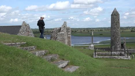 Irlanda-Clonmacnoise-Una-Torre-Redonda-Se-Encuentra-Junto-A-La-Sartén-Del-Río-Shannon