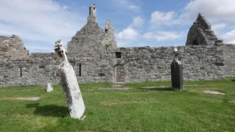 Irland-Clonmacnoise-Ein-Schräger-Grabstein-Bei-Der-Domruine-Cathedral