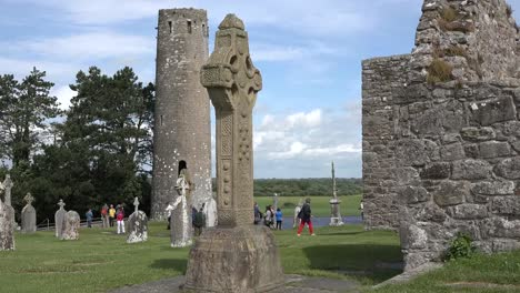 Irland-Clonmacnoise-Kreuz-Und-Rundturm