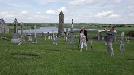Irland-Clonmacnoise-Mann-Nimmt-Foto-Auf-Als-Frau-Vorbeigeht