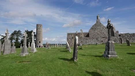Irland-Clonmacnoise-Mann-Geht-An-Der-Kathedrale-Vorbei