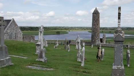 Irland-Clonmacnoise-Klösterstätte-über-Dem-Fluss-Shannon-Pan-Und-Zoom