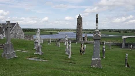 Irland-Clonmacnoise-Klösterstätte-über-Dem-Fluss-Shannon
