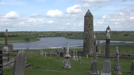 Irland-Runder-Turm-Clonmacnoise-Am-Shannon-Fluss