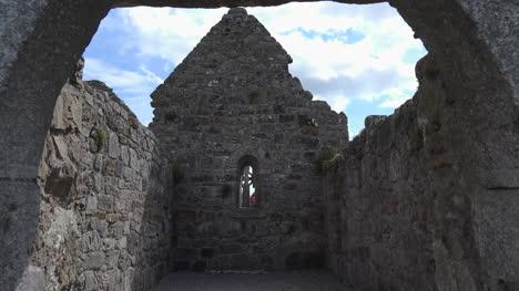 Irlanda-Clonmacnoise-Arruinado-Interior-De-La-Iglesia