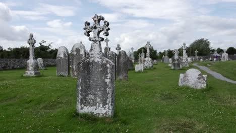 Irland-Clonmacnoise-Grabstein-Mit-Vierseitigem-Kreuz