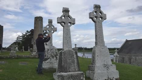 Irland-Clonmacnoise-Touristenfotos-Szene