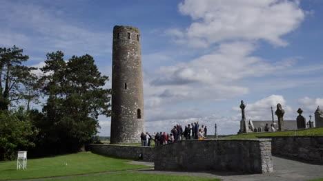 Irlanda-Clonmacnoise-Turistas-En-La-Torre-O-Rourkes