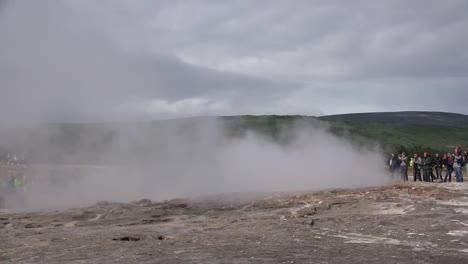 Iceland-Haukadalur-Strokkur-Geyser-Erupting-For-Crowd
