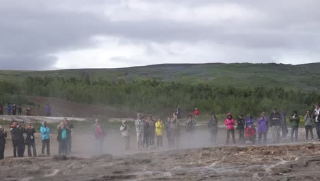 Iceland-Haukadalur-Strokkur-Geyser-With-Tourists-Watching-Eruption