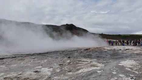 Iceland-Haukadalur-People-Wait-For-Strokkur-Geyser-Pan