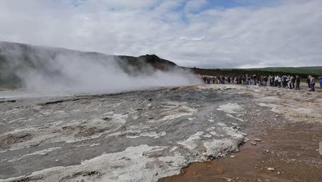 Iceland-Haukadalur-People-Wait-For-Strokkur-Geyser