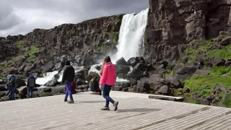 Islandia-Pingvellir-Rift-Valley-Cascada-Con-Turistas