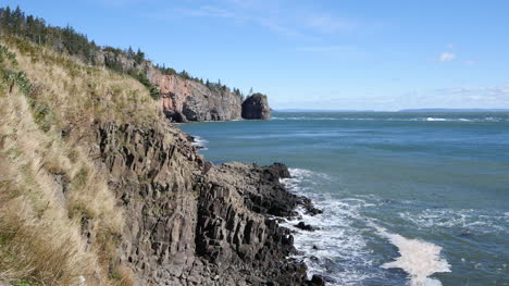 Canada-Bay-Of-Fundy-Grass-And-Rocks-On-Shore