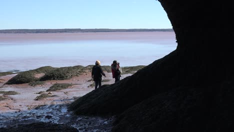 Canada-Women-By-The-Bay-Of-Fundy