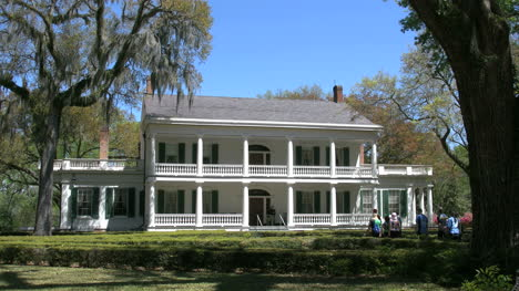 Louisiana-Rosedown-Plantation-House-With-Tourists