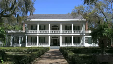 Louisiana-Rosedown-Plantation-House-With-Porches