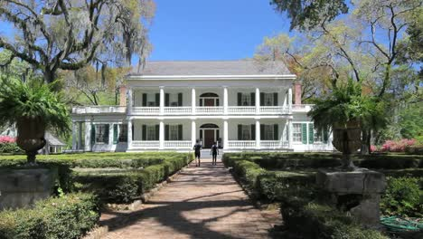 Louisiana-Rosedown-Plantation-House-With-Tourists-On-Walkway