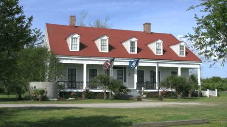 Louisiana-Woodland-Plantation-Porche-Y-Gables-Editorial
