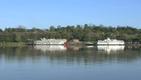 Mississippi-River-With-Two-Boats-&-Natchez-Under-The-Hill