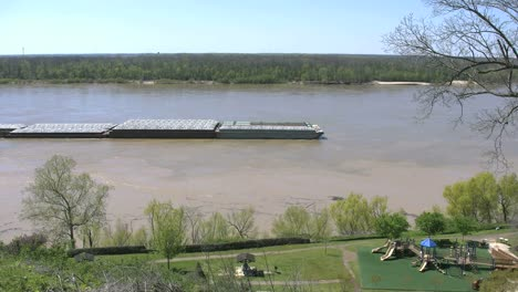 Mississippi-Vicksburg-Barge-Chugging-Up-River