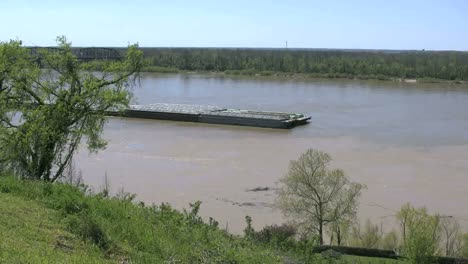 Mississippi-Vicksburg-Barge-Coming-Up-River-Time-Lapse