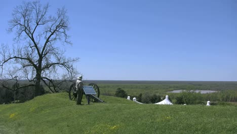 Mississippi-Vicksburg-Battlefield-Cannon-Inspected-By-Tourist-4k