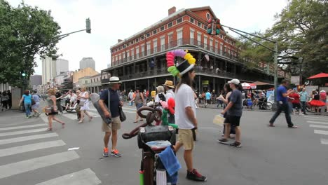 New-Orleans-French-Quarter-Vendor-And-Tourists