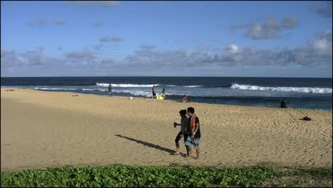 Oahu-Playa-Arenosa-Pareja-Camina-Sobre-La-Arena