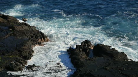 Oahu-Rocks-And-Waves-With-Vivid-Colors