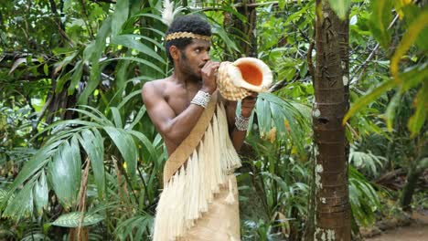 Vanuatu-Man-Blowing-Conch-Shell