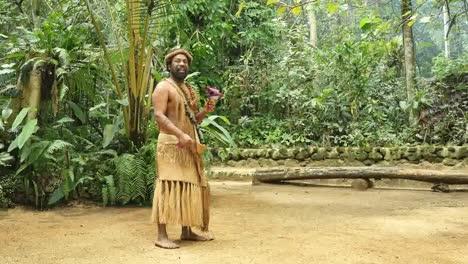 Vanuatu-Hombre-Con-Planta-Medicinal