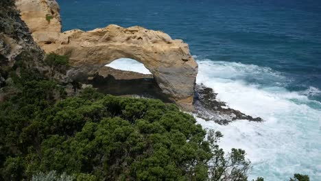 Australia-Great-Ocean-Road-The-Arch-Waves