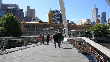 Australia-Melbourne-Foot-Bridge-Young-Couple-Cross-Yarra-River