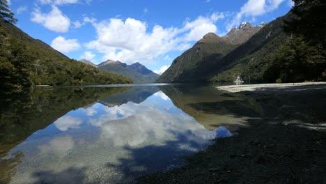 Neuseeland-See-Gunn-Bergreflexionen