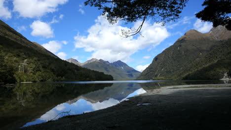 Neuseeland-See-Gunn-Reflexionen-Fjordland